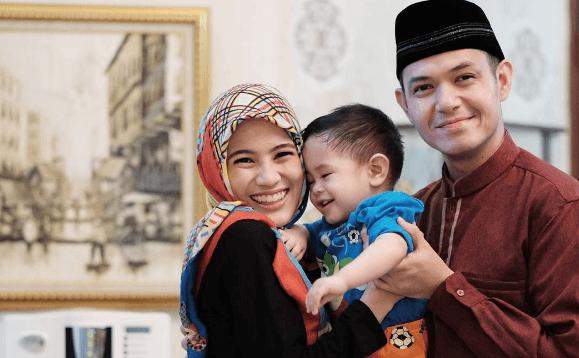 Wajib Ditiru, Cara Dude Herlino Kenalin Anaknya dengan Masjid (1)