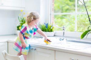 Mengajarkan Anak Belajar Dari Kegiatan Sehari - Hari